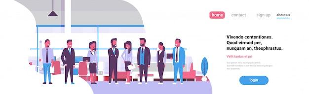 Reunión de intercambio de ideas del equipo de negocios empresarios de grupo de pie juntos oficina discutiendo espacio de copia de banner plano