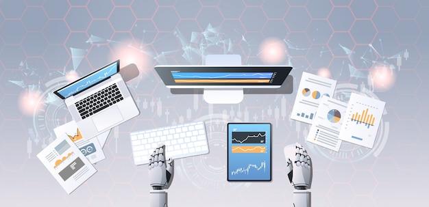 Robot mirando gráficos índices datos financieros en monitor de computadora acciones comerciales comerciante en línea bot