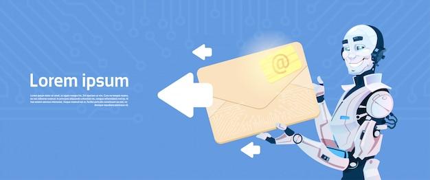 Robot moderno sostener envolvente enviando un mensaje de correo electrónico, tecnología de mecanismo de inteligencia artificial futurista