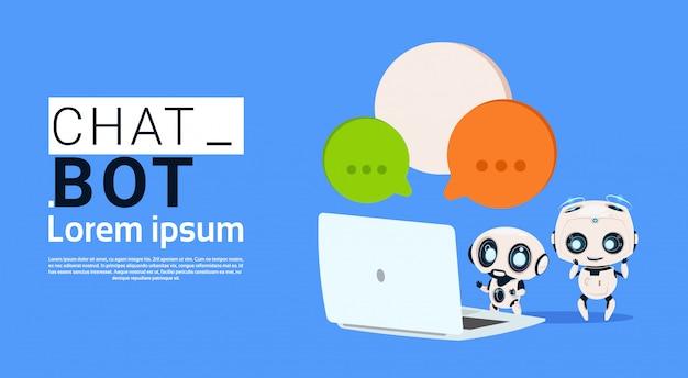 Robots de bots de chat que usan computadoras portátiles y sostienen el estandarte de la burbuja del discurso con espacio de copia, chatter o chat