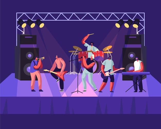 Rock band actuando en el escenario. concierto de guitarristas eléctricos, baterista, cantante, trompetista.