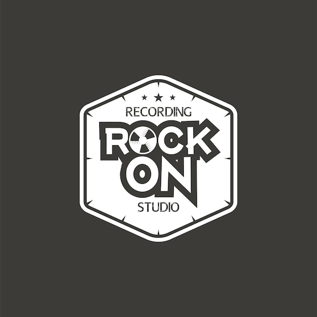 Rock on. etiqueta de vector de estudio de grabación, insignia, logotipo de emblema con instrumento musical. ilustración vectorial de stock aislada sobre fondo oscuro.