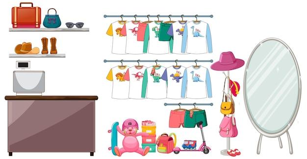 Ropa para niños colgada en perchero con accesorios sobre fondo blanco.