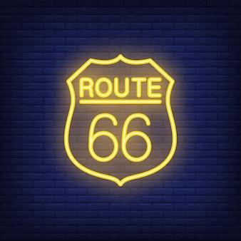 Ruta sesenta y seis insignia. estilo de neón en el fondo de ladrillo. bandera de los estados unidos.