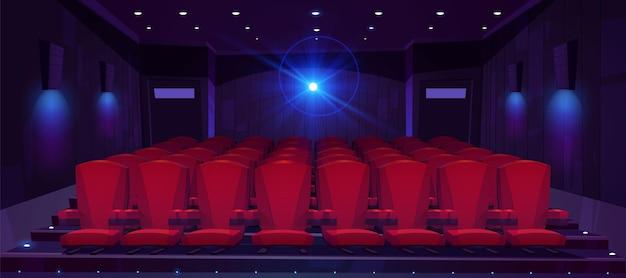 Sala de cine con filas de asientos para público y proyector de cine.