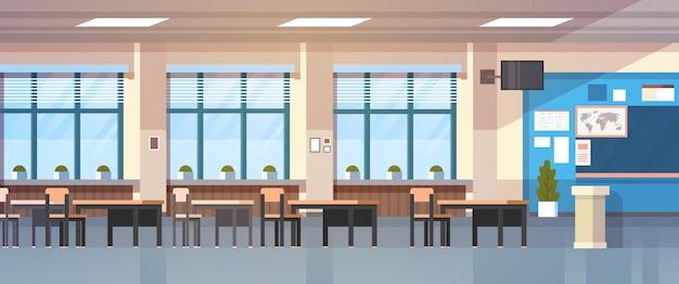 Sala de clase interior vacía aula de la escuela con pizarra y escritorios