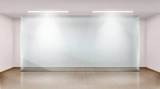 Sala de exposiciones vacía con pared de vidrio.