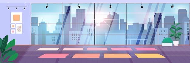 Sala de gimnasio vacía para entrenamientos de fitness con colchonetas de yoga sala de fitness con ventanas panorámicas ilustración vectorial horizontal