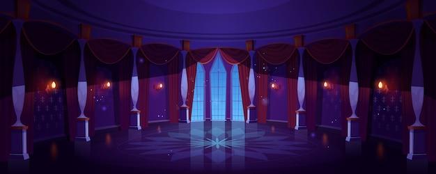 Salón de baile del castillo, interior del salón del palacio vacío de noche con lámparas incandescentes