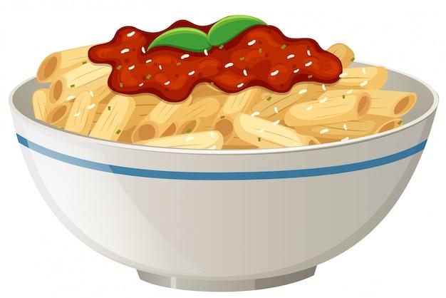 Salsa de tomate penne en el fondo blanco