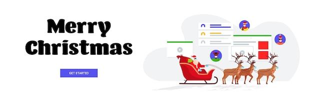 Santa afroamericano en máscara montando trineo con renos y discutiendo con la gente feliz año nuevo feliz navidad celebración concepto banner horizontal