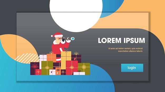 Santa claus ingenio cajas de regalo presentes mirando a través de binoculares feliz navidad vacaciones de invierno concepto tarjeta de felicitación copia horizontal espacio ilustración vectorial