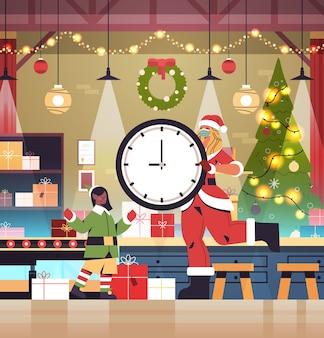 Santa, mujer, tenencia, reloj, niña, duende, poniendo, regalos, en, transportador, año nuevo, navidad, celebración, concepto, taller, interior, longitud completa, vector, ilustración