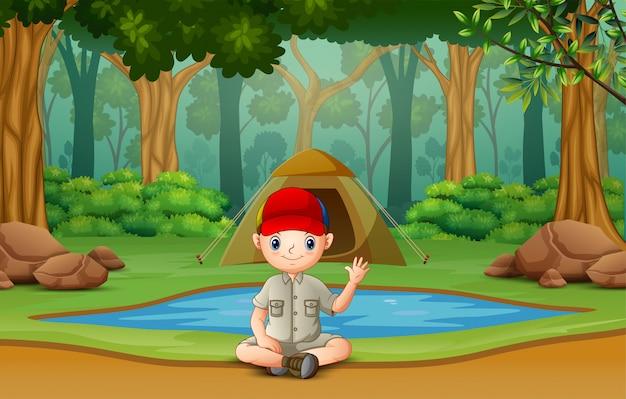 Scout boy acampando en el bosque