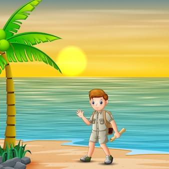 Scout boy va al campamento al atardecer