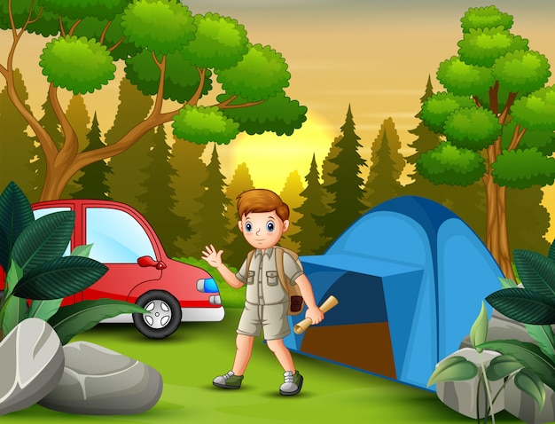 Scout boy sosteniendo un mapa cerca de la tienda