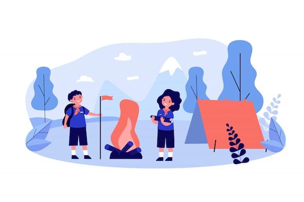 Scout niños acampando en las montañas