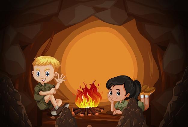 Los scouts acampan en la cueva
