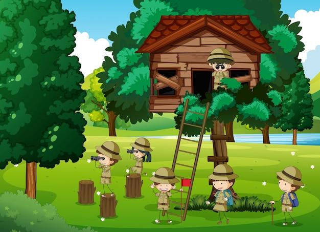 Scouts jugando en la casa del árbol
