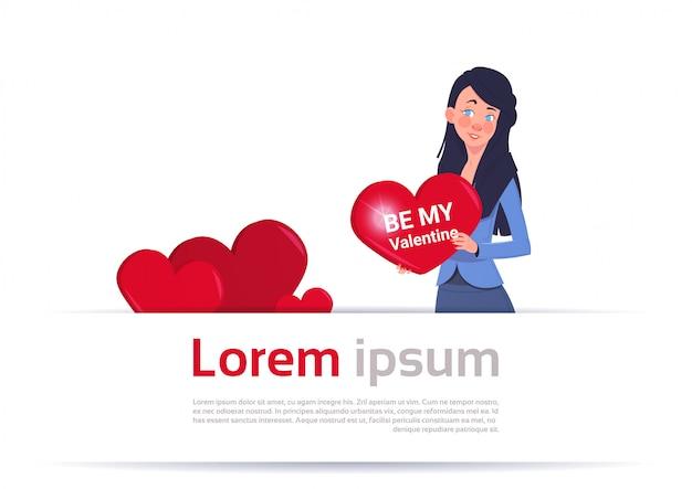 Sea mi mujer de valentine que lleva a cabo concepto rojo de la invitación del día de fiesta del amor de la tarjeta de felicitación del corazón