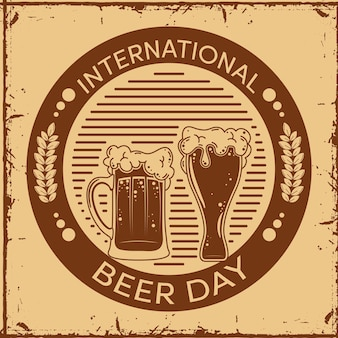 Sello del día internacional de la cerveza con frascos.