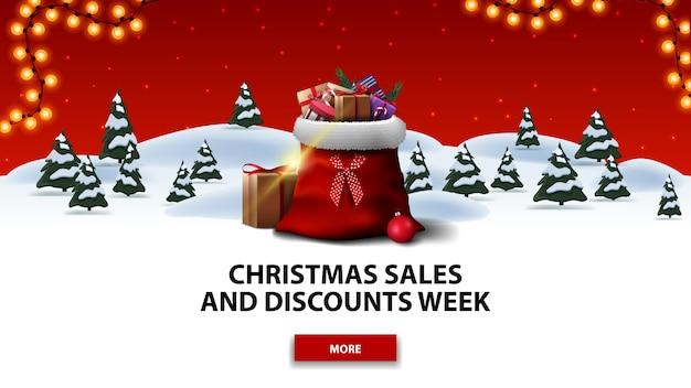 Semana de rebajas y descuentos de navidad, banner de descuento rojo con bosque de invierno de dibujos animados con abetos, cielo estrellado rojo, botón, guirnalda y bolsa de papá noel con regalos