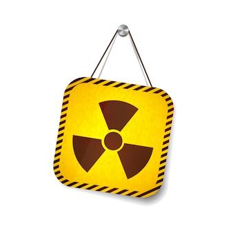 Señal de advertencia de grunge de radiación colgando de la cuerda en blanco