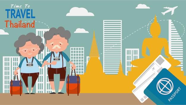 Señal famosa para las vistas arquitectónicas del viaje. los turistas mayores de los pares viajan tailandia en la hora mundial para viajar concepto.