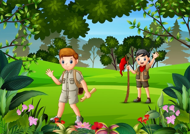 Senderismo boy scouts en el bosque