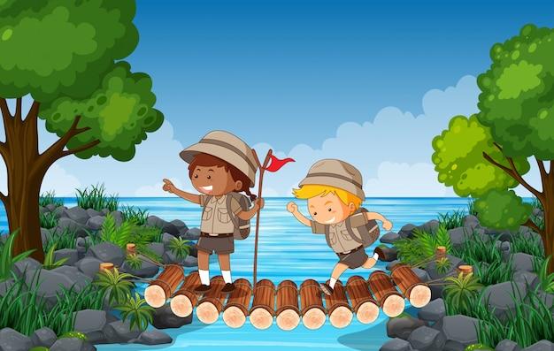 Senderismo niños sobre un puente sobre el agua