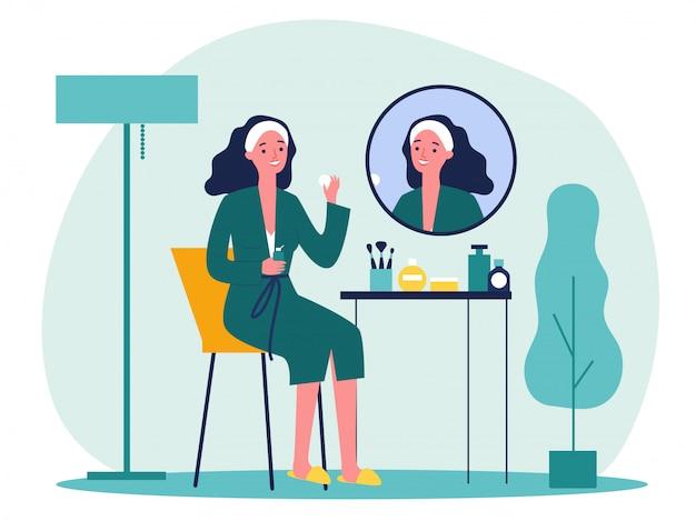 Señora de dibujos animados frente a espejo lavar la piel de la cara