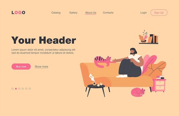 Señora positiva sentada en un acogedor sofá con página de aterrizaje plana de gatos. mujer de dibujos animados relajante en casa y bebiendo té por la noche. concepto interior de confort y descanso confortable