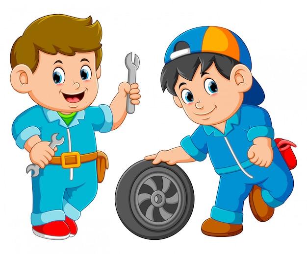 Servicio de dos hombres con uniforme con rueda de coche