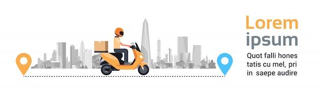 Servicio de entrega, hombre mensajero montando motocicleta con caja paquete sobre silueta edificios de la ciudad banner horizontal