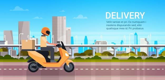 Servicio de entrega, hombre mensajero que monta la vespa o la motocicleta con paquete sobre el paisaje moderno de la ciudad