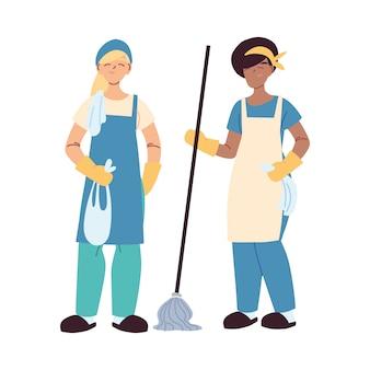 Servicio de limpieza de mujeres con guantes y utensilios de limpieza.