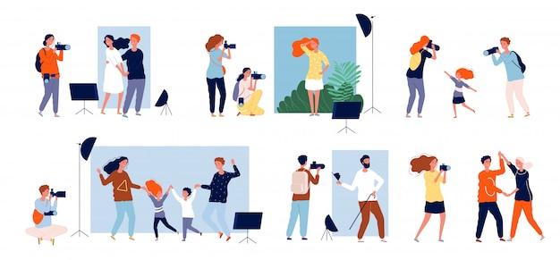 Sesión fotográfica de modelos. fotógrafos en el trabajo haciendo fotos en la colección de personas de la cámara réflex digital de estudio