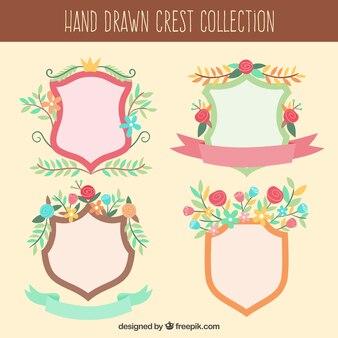 Set de bonitos escudos heráldicos dibujados a mano con flores
