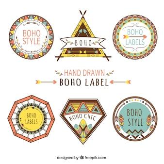 Set dibujado a mano de etiquetas de colores con elementos boho