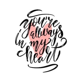 Siempre estás en mi corazón. inscripción de escritura a mano de tinta sobre un fondo blanco con corazón de color rosa.