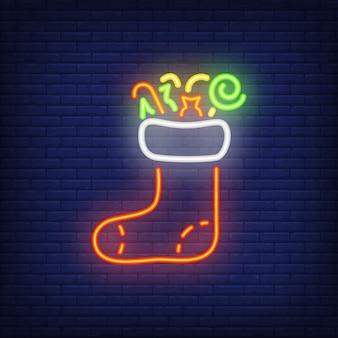 Signo de neón del calcetín de navidad. elemento festivo