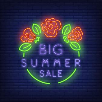 Signo de gran venta de verano en estilo neón. ilustración con texto violeta en marco redondo verde