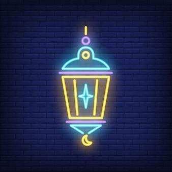 Signo de neón linterna islámica. lámpara con estrella y media luna en el fondo oscuro de la pared de ladrillo
