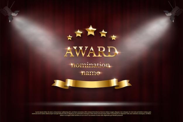 Signo de premio dorado brillante con estrellas y cinta bajo focos sobre fondo rojo oscuro de la cortina.