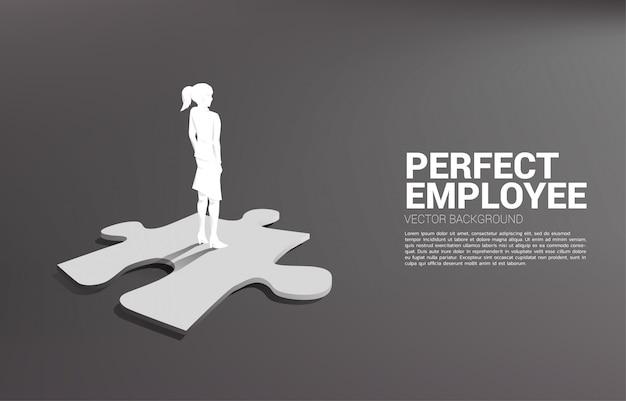 Silhouettebusinessman parado en la pieza final del rompecabezas. de reclutamiento perfecto. recursos humanos. poner al hombre correcto en el trabajo correcto.