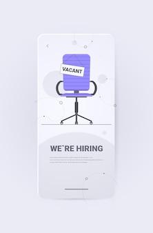 Silla de oficina con letrero vacante estamos contratando únete a nosotros vacante contratación abierta desempleo de recursos humanos