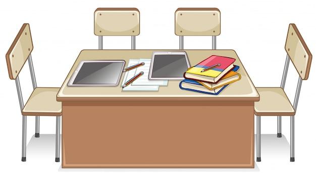 Sillas y mesa llena de libros.