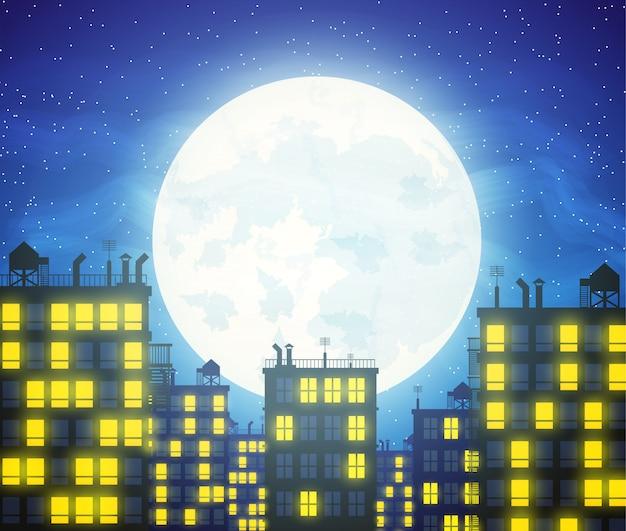Silueta de la ciudad, edificios de tejados y cielo nocturno nublado