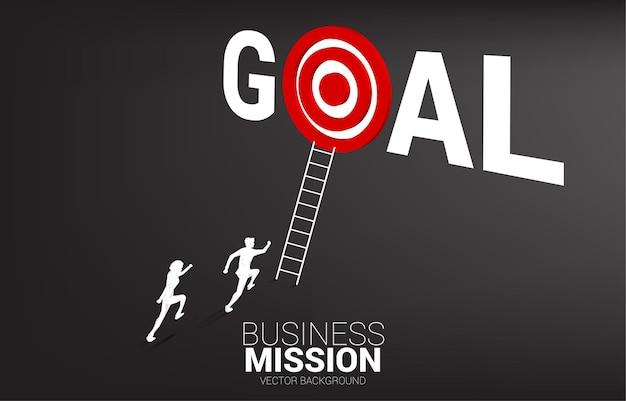 Silueta de competencia de empresario con escalera para apuntar diana en palabra objetivo. ilustración de la misión de la visión y el objetivo del negocio.