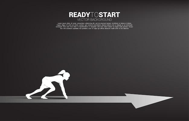 Silueta de empresaria lista para correr hacia adelante con la flecha. concepto de personas dispuestas a iniciar carrera y negocios